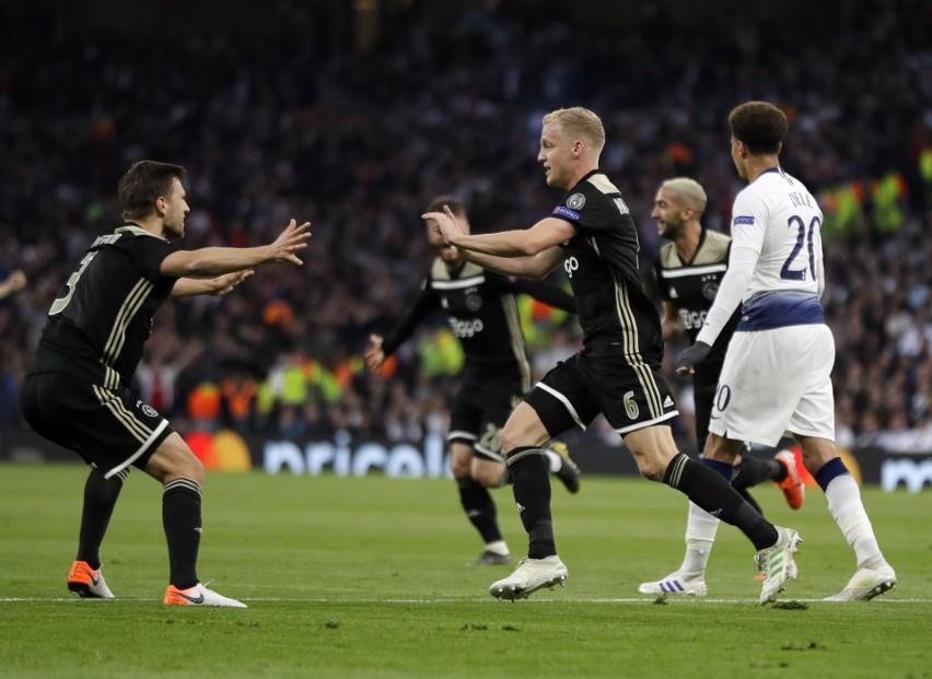 Donny van de Beek (w środku) po golu strzelonemu Tottenhamowi