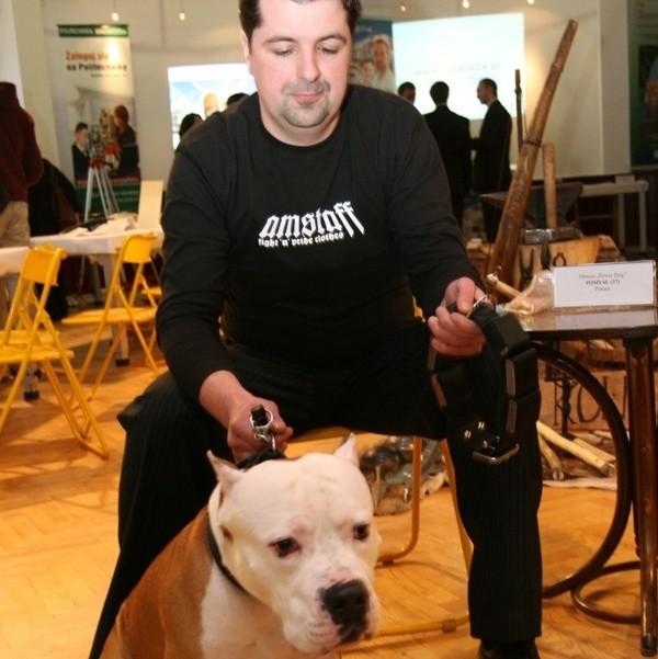 To jest obroża dla psów bojowych - wyjaśnia swój pomysł Piotr Cimochowski