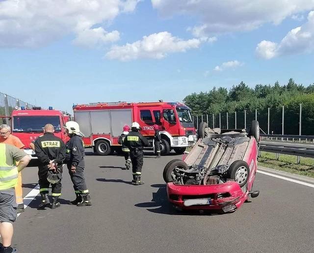 W niedzielę, 11 sierpnia, na drodze S3, miała miejsce niebezpieczna sytuacja. Na 114 km dachował fiat panda. Na miejscu zjawili się strażacy z JRG Międzyrzecz i OSP Skwierzyna. Okazało się, że kierowcy udało się samodzielnie opuścić pojazd. Auto jednak znajdował się na środku jezdni. Ruch na S3 został wstrzymany na ponad godzinę, nim został udrożniony jeden pas ruchu. Zdjęcia publikujemy dzięki uprzejmości strażaków z OPS Skwierzyna.Zobacz wideo: Jak udzielać pierwszej pomocy ofiarom wypadkówCzytaj także: Korytarz życia na drodze. Jak go utworzyć? Wystarczy przestrzegać kilku zasad!