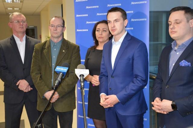 Poseł Adam Szłapka (drugi z prawej) na spotkaniu w bibliotece w Stalowej Woli