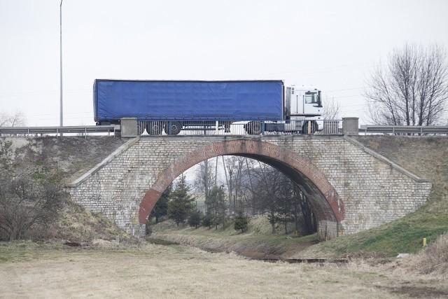 Remont przeprawy wykona przedsiębiorstwo Wielobranżowe Banimex z Będzina, które zaproponowało w przetargu niecałe 3,8 mln zł.