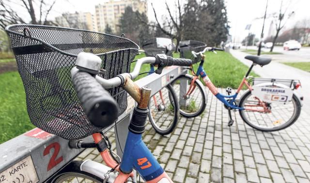 Na stojaki wróciły używane rowery miejskie. Niektóre wpadły w ręce chuliganów i straciły siodełka.