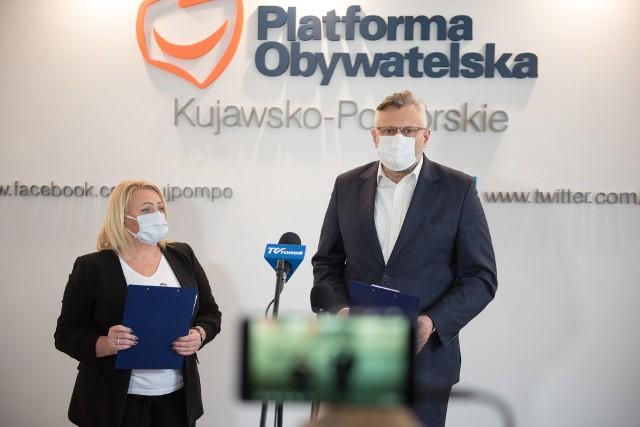 Koalicja Obywatelska domaga się likwidacji TVP Info oraz abonamentu RTV. Podpisy pod petycją w tej sprawie będą zbierane m.in. w biurach toruńskich parlamentarzystów KO. Na zdjęciu posłanka Iwona Hartwich i poseł Tomasz Lenz