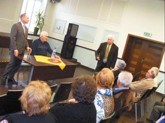 Burmistrz Stanisław Małachwiej rozmawiał z seniorami o ważnych dla miasta sprawach. Uczestnicy spotkania nie tylko wysłuchali tego, co udało się zrobić, ale także dowiedzieli się, jakie są najbliższe plany inwestycyjne.