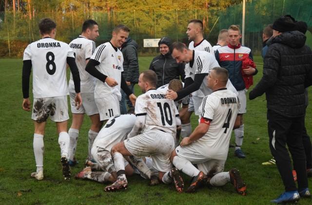 Piłkarze Oronki Orońsko po bramce w doliczonym czasie gry zremisowali na wyjeździe z LKS-em Promna 2:2.