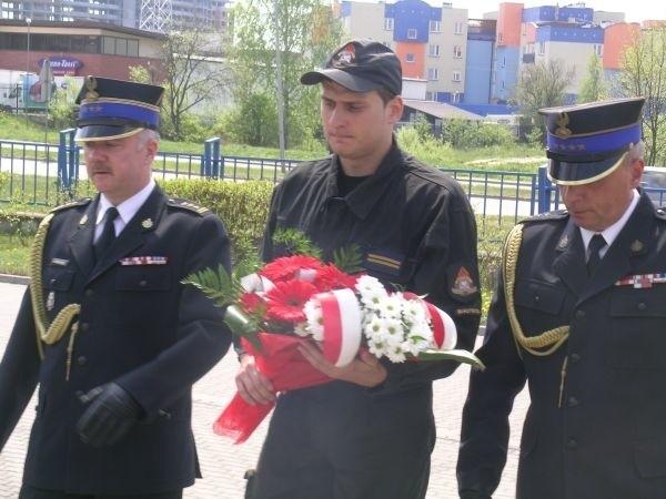 """Strażacy złożyli kwiaty pod pomnikiem Jana Pawła II i pod pomnikiem """"Pamięci tych, którzy zostali po drugiej stronie ognia"""" w jednostce na Andersa."""