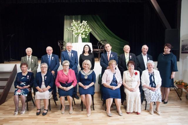 Świętującym jubilatom towarzyszyła Katarzyna Kondziołka burmistrz Zawichostu czwarta od lewej strony w dolnym rzędzie i Edyta Rębiś Przewodnicząca Rady Miejskiej Zawichost pierwsza z prawej w górnym rzędzie