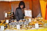 Na rynku brakuje miodu. Ciepła zima, chłodna wiosna i kapryśne lato nie służą pszczołom. Ile kosztuje miód?