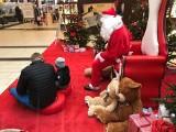 Mikołajki w centrum handlowym  Nowa Górna w Łodzi. Klienci zbierali dary dla Domu Samotnej Matki