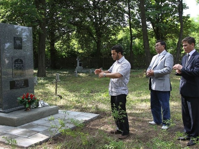Bratanek zamordowanego w hitlerowskim obozie w Choroszczy Bajmurzajewa Murzabieka oraz jego wnuk przyjechali z Kazachstanu, by odsłonić poświęcony mu pomnik