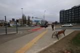Rondo Solidarności w Łodzi. Remont już zakończony. Są przejazdy rowerowe, przejście dla pieszych i... ławeczki przy rondzie