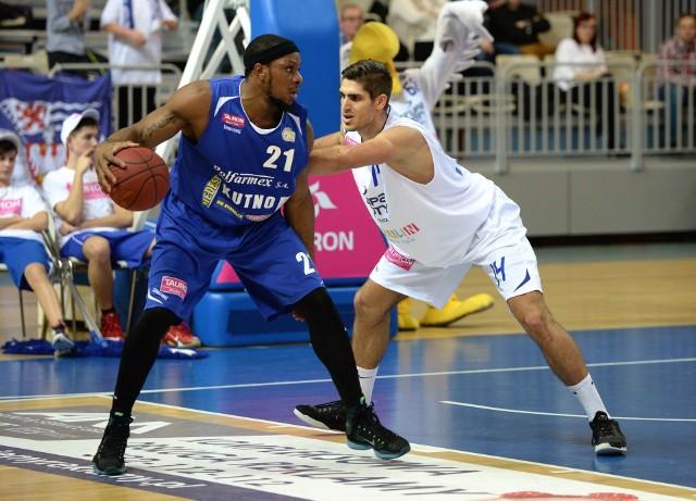 Michael Fraser (z piłką) grał przeciwko AZS w barwach Polfarmeksu Kutno