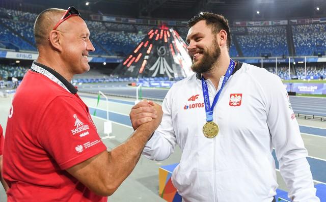 Konrad Bukowiecki wraz ze swoim ojcem Ireneuszem Bukowieckim organizują wielki konkurs pchnięcia kulą na centralnym placu w Szczytnie