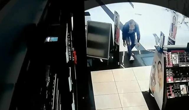 Mężczyzna schylił się i wbiegł do drogerii. Z półki złapał 2 flakoniki perfum i uciekł. Wartość skradzionych rzeczy to 650 złotych. Całe zdarzenie zostało zarejestrowane przez kamery monitoringu.