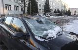 Zaparkował auto przed budynkiem w Rzeszowie. Topniejący lód wybił mu szybę i poważnie uszkodził dach. Co w takiej sytuacji robić