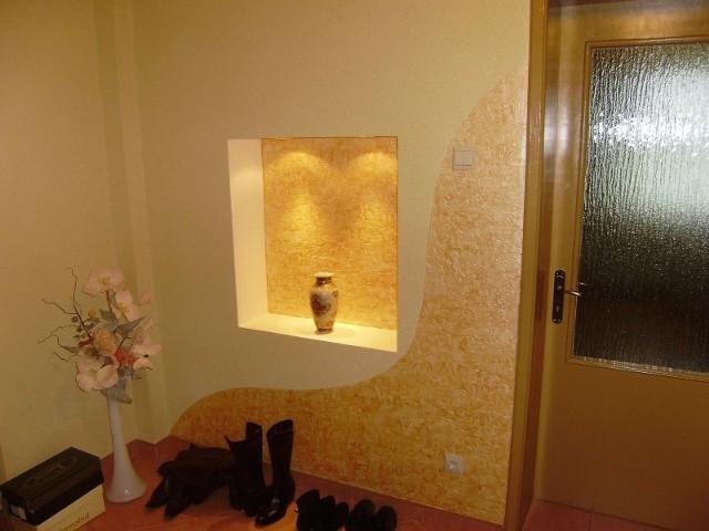 Tapeta natryskowa na ścianie w przedpokojuTapeta natryskowa w przedpokoju zabezpiecza ścianę, w miejscach najbardziej narażonych na uszkodzenia i zabrudzenia.