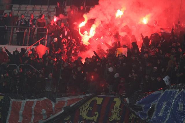 Górnik Zabrze - Hajduk Split 3:2 - ten wynik idzie w świat. Kibice stworzyli gorąca atmosferę na trybunach. Torcida Górnika Zabrze i Torcida Hajduka Split przygotowała pokaz fajerwerków i prawdziwy koncert piosenek. Wspólna zabawa trwała długo po zakończeniu meczu ZOBACZ ZDJĘCIA I WIDEO na kolejnych slajdach