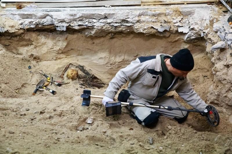 Archeolodzy, którzy od kilku dni szukają w piwnicach...