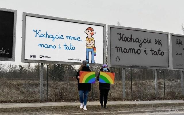 """Plakaty z hasłem """"Kochajcie mnie, mamo i tato"""", okazujące wsparcie dla nastolatków LGBT+, pojawią się w Poznaniu i Warszawie."""