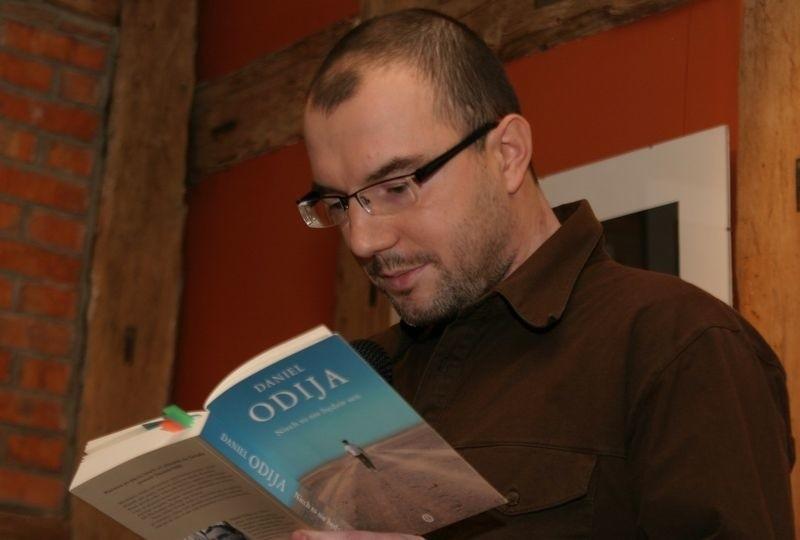 """Daniel Odija podczas promocji książki """"Niech to nie będzie sen"""" w słupskiej Herbaciarni."""