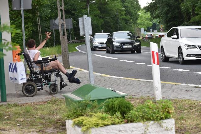 Niepełnosprawny Marcin z Pławia od lat przesiaduje w swoim wózku na przystanku autobusowym i przygląda się przejeżdżającym pojazdom