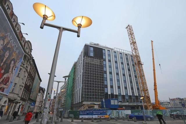 Hotel Mercure przy Młyńskiej w centrum Katowic. Budowa ma się zakończyć w 2021 roku. Kompleks będzie się składał z dwóch części: hotelowej i biurowej. W pierwszej będzie 268 pokoi, w drugiej 2 700 m kw. powierzchni biurowej. Zobacz kolejne zdjęcia/plansze. Przesuwaj zdjęcia w prawo - naciśnij strzałkę lub przycisk NASTĘPNE