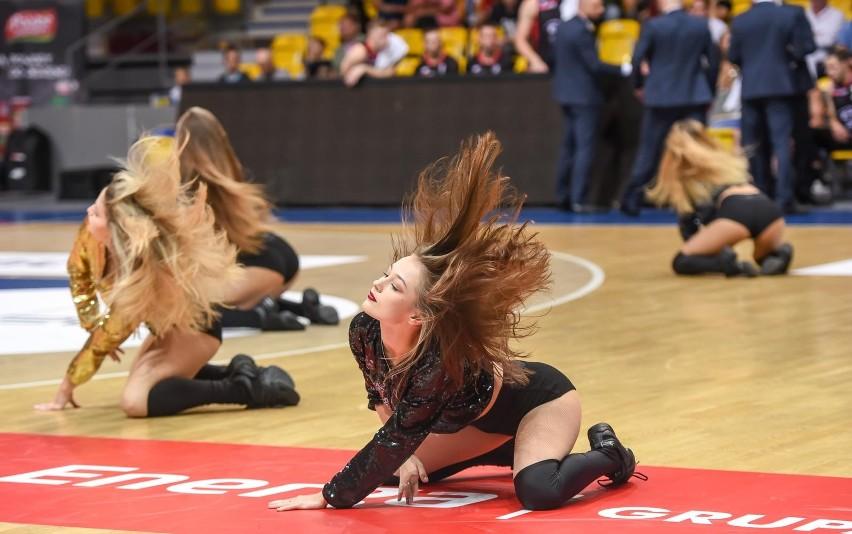 Cheerleaderki zachwycają urodą i pokazami tanecznymi