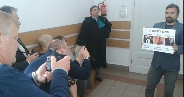 Mateusz Klinowski po pierwszej rozprawie w sprawie fałszowania jego oświadczeń majątkowych pozował dziennikarzom. Jego obrońca Wojciech Sobczak spod ściany przyglądał się burmistrzowi