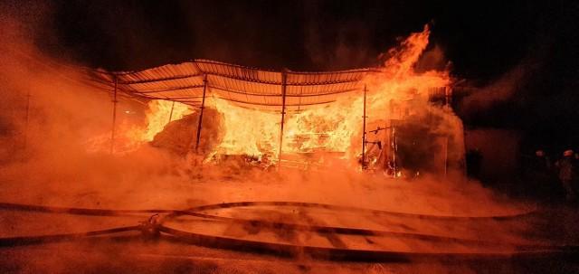 Strażacy walczyli z ogniem, który zajął budynek tartaku w Starym Sączu