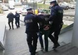 Przechodził przez jezdnię w miejscu niedozwolonym - trafił do aresztu. Policjanci użyli broni [zdjęcia]