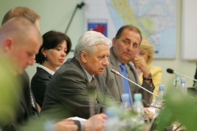 Prezes Edward Rozwałka (w środku) oświadczył, że Flota nie wycofa się z ligi.