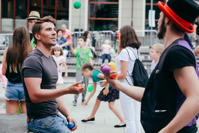 Od najbliższej soboty i niedzieli (3-4 lipca) o godz. 12 na Starym Rynku przechodniów zabawiać będzie klown i szczudlarz, którzy zaproszą do interaktywnego działania, pokazów cyrkowych i modelowania balonowych zwierzaków, mieczy i kwiatów. Sobotnie popołudnie umili też kapela podwórkowa Bydgoska Ferajna, która nada klimatu, grając przedwojenne szlagiery, uliczne ballady. Oprócz koncertu stacjonarnego, Ferajna zajrzy do każdego ogródka i za każdy winkiel Starego Rynku. Natomiast w niedzielne popołudnie zabrzmi muzyka w wykonaniu Adeli i Krisa.Warto dodać, że lokalni artyści na płycie Starego Rynku będą się pojawiać we wszystkie wakacyjne weekendy - dwa razy dziennie o godz. 12.00 i 17.00. Wyjątkowo 16 i 29 sierpnia występy odbędą się na placu Wolności.