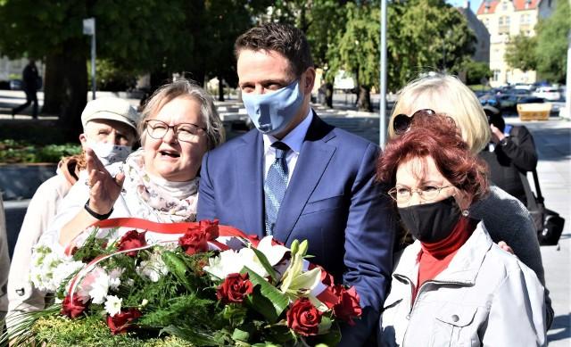 29 maja 2020 r. Rafał Trzaskowski pod pomnikiem Wydarzeń Zielonogórskich w przeddzień 60. rocznicy rozruchów