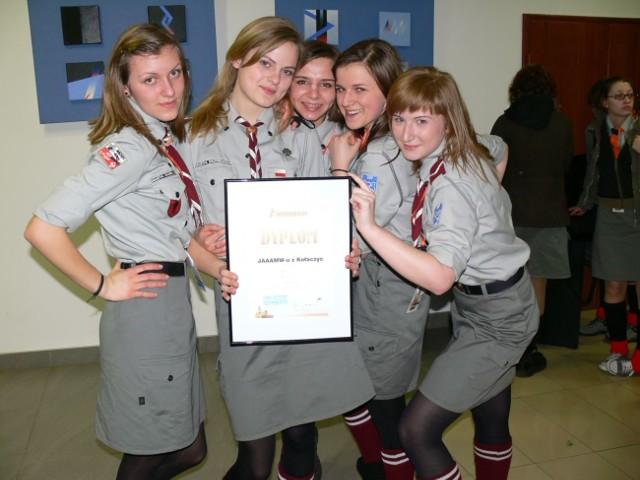 """Dziewczęta z zespołu JAAAMW-u z Kołaczyc, Hufiec Jasło wyśpiewały pierwsze miejsce w kategorii """"Samodzielny akompaniament""""."""