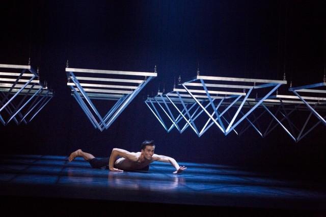 W CSK - Company Wayne McGregorDo końca tygodnia trwają w Lublinie 23. Międzynarodowe Spotkania Teatrów Tańca. Gwiazdą tegorocznej edycji jest Company Wayne McGregor, który zaprezentuje w Lublinie swój najnowszy spektakl - Autobiography. Od 25 lat Wayne Gregor, brytyjski choreograf i reżyser, tworzy choreografie opisujące, badając życie z perspektywy ciała. Obecnie skupił się na  postrzeganiu ciała jako archiwum - tego się wydarzyło i zostawiło w nas niezatarty ślad.  W Autobiography choreografia oparta jest na strukturze genomu Wayne'a McGregora. To spektakl, który wciąż się zmienia i za każdym razem wygląda inaczej. Układ i kolejność 23 choreogra-ficznych sekwencji tanecznych są kształtowane przez algorytm aranżujący je każdorazowo od nowa. Sobota-niedziela, Centrum Spotkania Kultur, godz. 19.00, bilety 40 - 80 zł