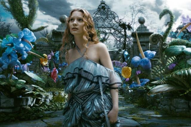 """Kadr z filmu """" Alicja w Krainie Czarów """", w tytułowej roli zobaczymy Mię Wasikowską."""