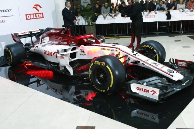 W poniedziałek w siedzibie Orlenu w Warszawie zaprezentowano bolid Alfa Romeo Racing Orlen na sezon 2020. W wydarzeniu wzięli udział m.in. kierowcy wspomnianej ekipy: Robert Kubica, Fin Kimi Räikkönen i Włoch Antonio Giovinazzi. Sprawdźcie, jak prezentuje się bolid F1 w biało-czerwonych barwach!