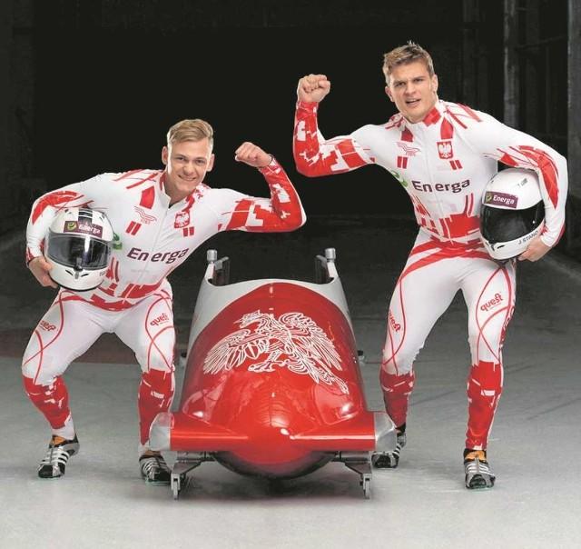 Jakub Stano (z prawej) jest pilotem bobsleja, na starcie pchają go wspólnie z Pawłem Sarneckim