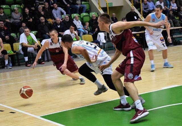 W derbowym drugoligowym meczu, który odbył się w inowrocławskiej hali widowiskowo-sportowej koszykarze KSK Noteć Inowrocław pokonali ekipę Domino Inowrocław 92:68.