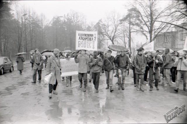 """Demonstracja w Puławach przeciwko elektrowni atomowej, w 1989 roku. Aby zobaczyć więcej zdjęć kliknij w przycisk """"zobacz galerię"""" i przesuwaj zdjęcia w prawo - naciśnij strzałkę lub przycisk NASTĘPNE."""