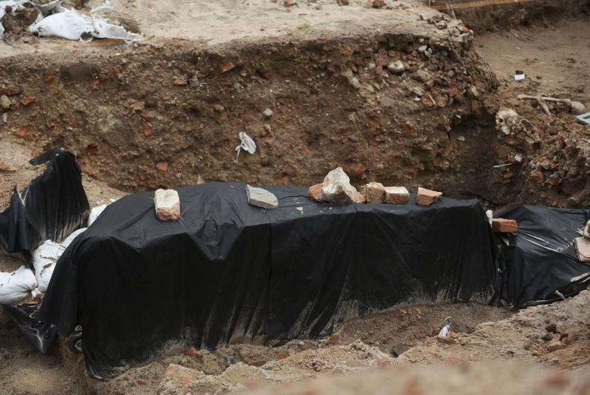 W centrum Poznania odkryto masowy grób. Znaleźli go...