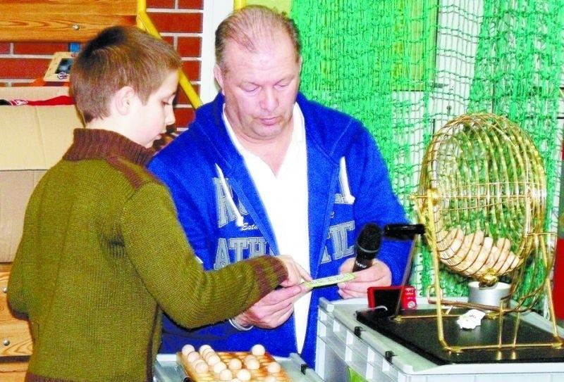 """Współzałożyciel organizacji """"Intentio"""" Peter Methorst podczas gry w Bingo w czyżewskiej podstawówce"""