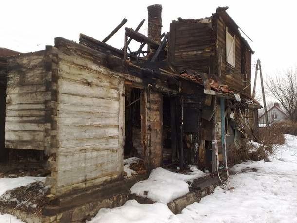 Spalony dom przy ul. Grajewskiej 2 grozi zawaleniem. Mimo to wciąż spotykają się tu ludzie na nocnych pijackich imprezach.