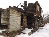 Spalony dom grozi zawaleniem. A ludzie piją tam wódkę. (zdjęcia, wideo)