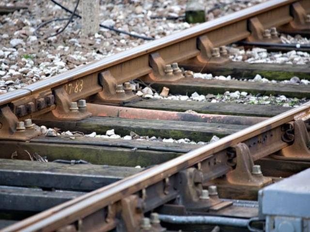 W miejscowości Głębokie na torach na niestrzeżonym przejeździe kolejowym znaleziono ciało 7-letniego chłopca.