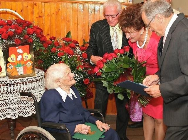 Życzenia z okazji 100. urodzin złożył Helenie Wróbel wójt Wiślicy, Stanisław Krzak, wraz z małżonką Jadwigą.