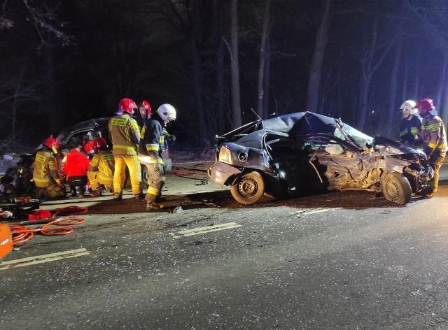 27 stycznia, kilka minut przed godz. 19 brodnicki dyżurny otrzymał zgłoszenie o wypadku drogowym w miejscowości Jeziórki, na drodze wojewódzkiej 560. Polecamy: Wypadki i utrudnienia w Kujawsko-Pomorskiem. Sprawdź >>> TUTAJ- Policjanci ruchu drogowego, którzy pojechali na miejsce zdarzenia ustalili, że doszło do zderzenia opla astry i citroena berlingo - mówi asp. szt.  Agnieszka Łukaszewska, oficer prasowy Komendy Powiatowej Policji w Brodnicy. - Niestety uderzenie było tak silne, że 22-letni kierowca opla zginął na miejscu. 34-letni mężczyzna, który kierował berlingo przetransportowany został do szpitala. Policjanci z Brodnicy, pod nadzorem prokuratora, wyjaśniają okoliczności i przyczyny tej tragedii.