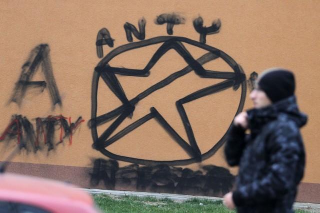 Pseudograffiti na krakowskim osiedlu Azory