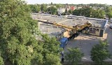 30-metrowy dźwig przewrócił się na piekarnię w Poznaniu (WIDEO)
