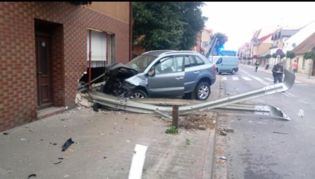 Auto uderzyło w budynek na tym skrzyżowaniuW środę 4 sierpnia w godzinach porannych do niebezpiecznego zdarzenia drogowego doszło w Sierakowie, przy zbiegu ulic Poznańskiej oraz Wronieckiej.